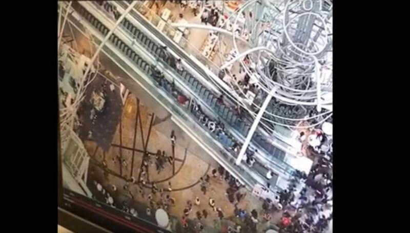 Escada rolante muda de direção e causa acidente em Hong Kong