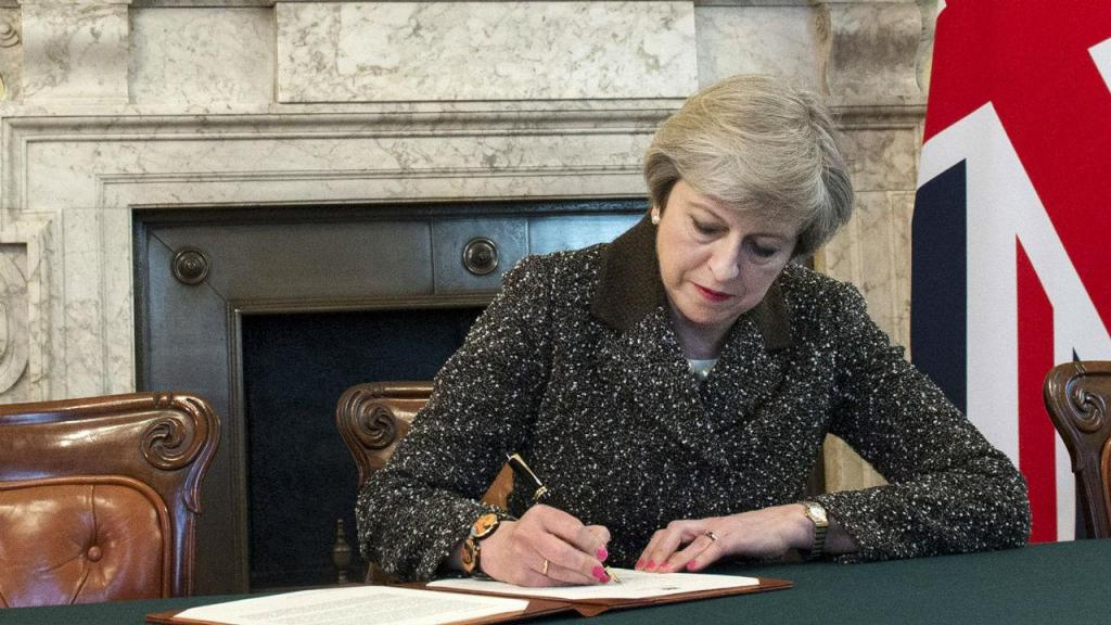Theresa May assina a carta que formaliza o Brexit