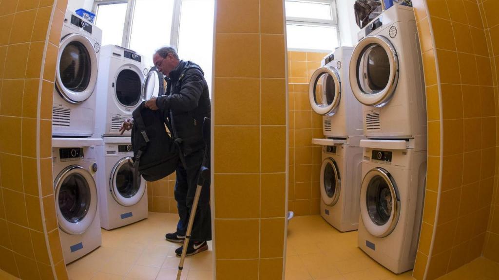 Aqui os pobres podem lavar a roupa gratuitamente