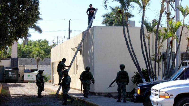 Corpo de homem caiu em telhado de hospital no México
