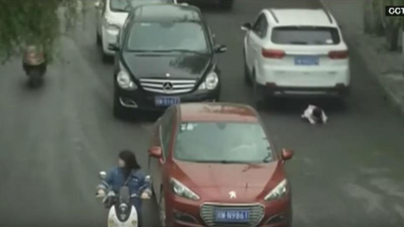 Criança atropelada duas vezes na China