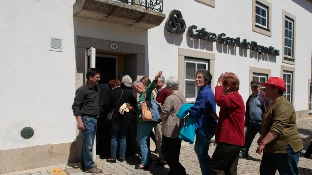 Populares contra fecho da CGD em Almeida