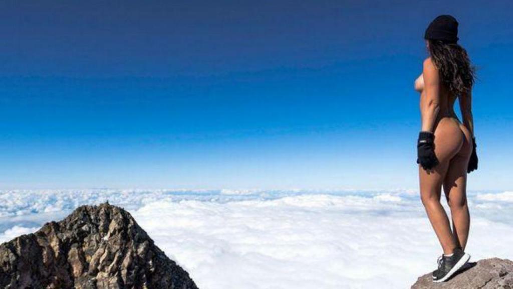 Jaylene Cook no topo do Monte Taranaki, Nova Zelândia