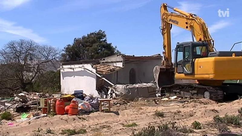 Mais um dia de demolições na Ilha da Culatra