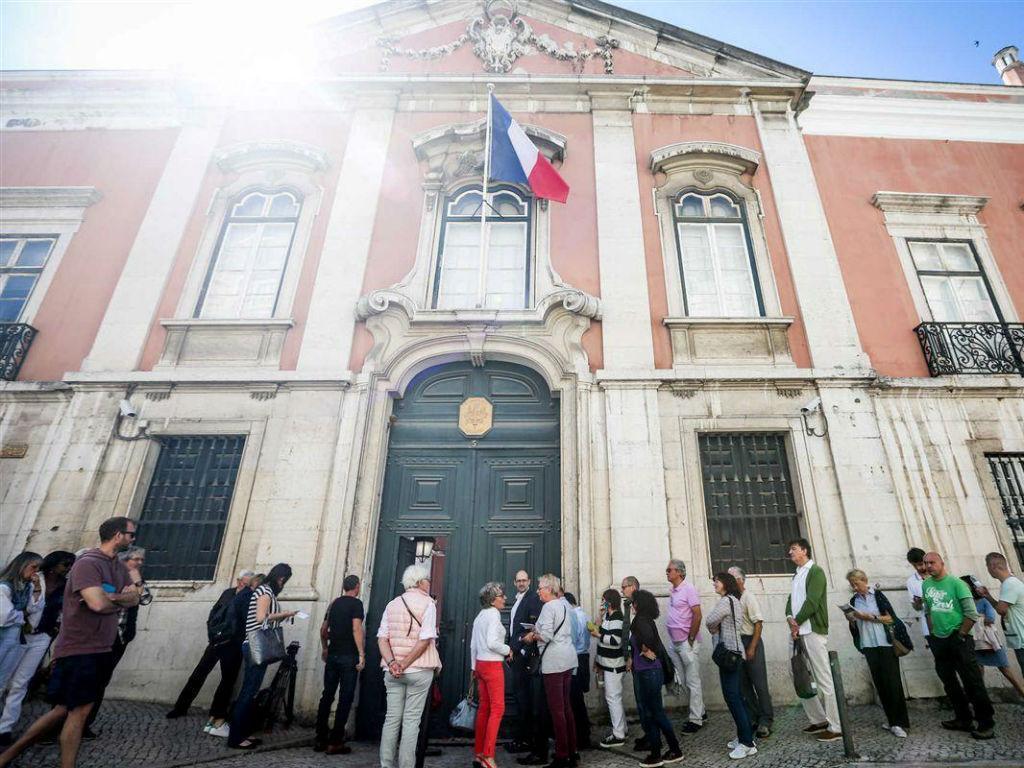 Longa fila para votar na embaixada francesa em Lisboa