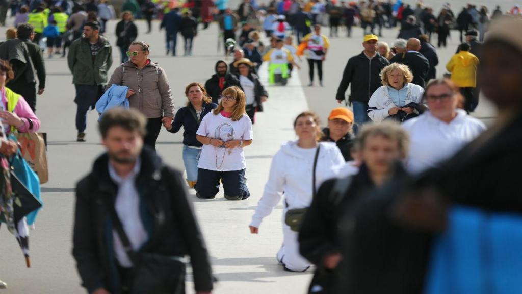 Muitas pessoas visitam o Santuário de Fátima