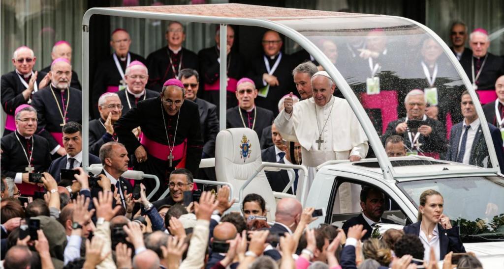 Papa sorridente no adeus a Fátima