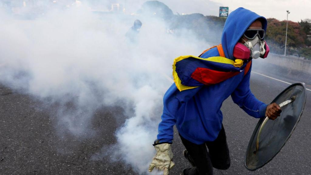 Na Venezuela, os manifestantes são criativos ao mesmo tempo que se protegem da polícia
