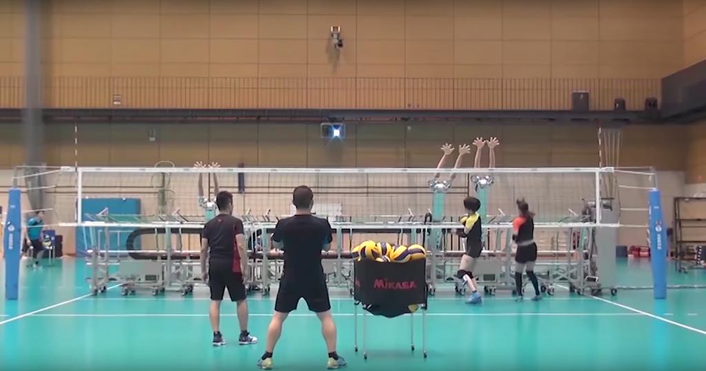 Voleibol do Japão treina com robôs