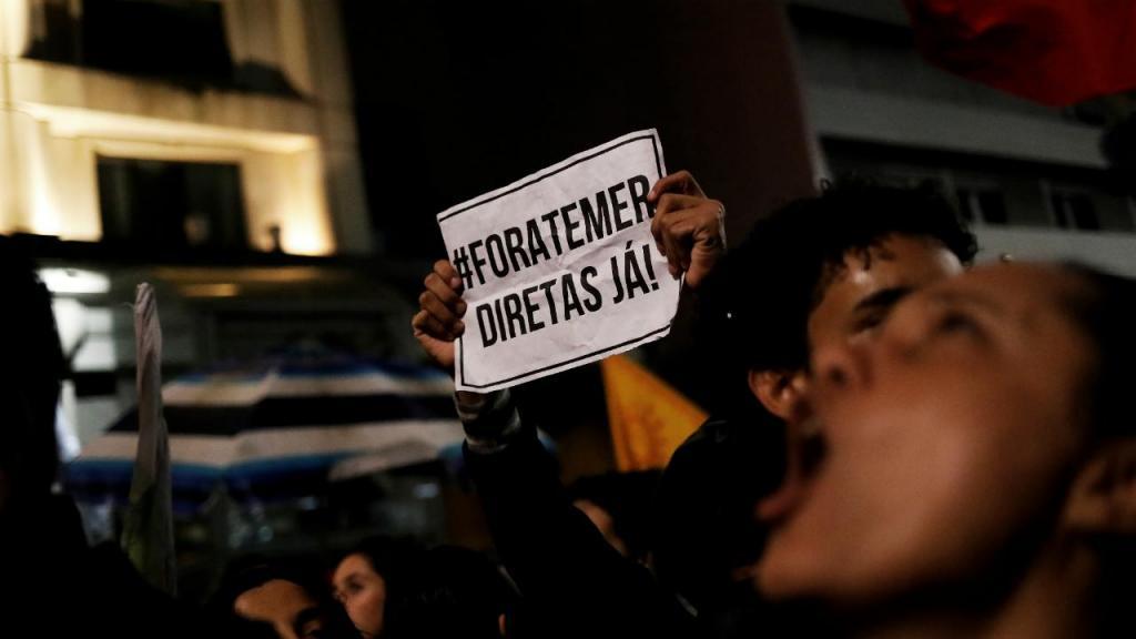 Milhares de pessoas manifestam-se no Brasil