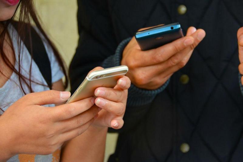 Homem processa mulher por mandar mensagens durante encontro