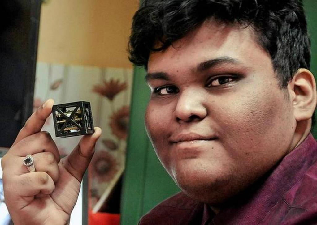 Rifat Shaarook construiu um satélite que pesa apenas 64 gramas