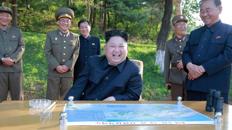 Kim Jong-Un assiste ao lançamento do míssil