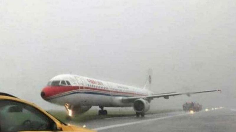 Avião sai da pista em Hong Kong