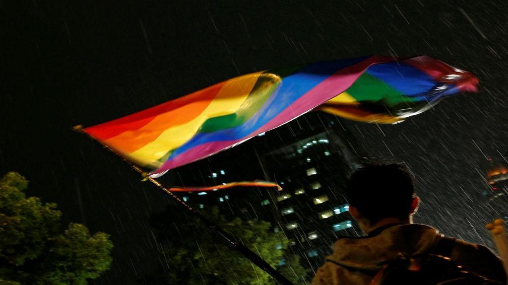 Ativista com um bandeira representativa da comunidade LGBT