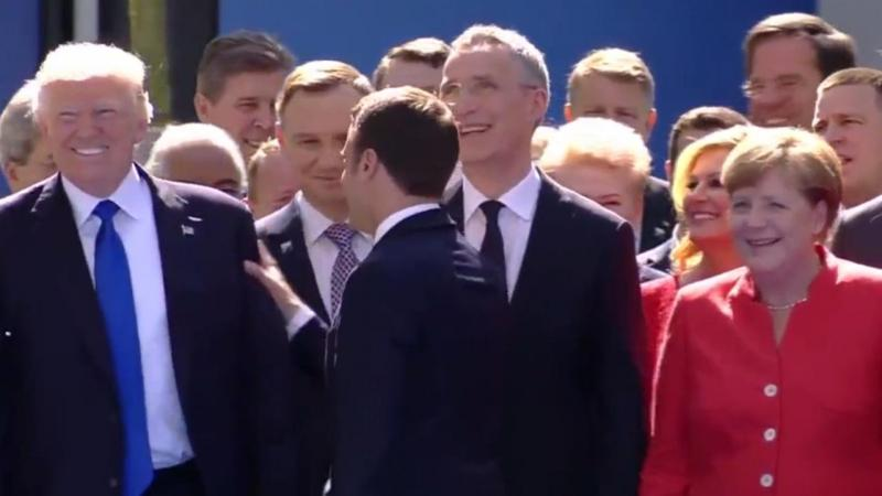 Emmanuel Macron cumprimenta Donald Trump