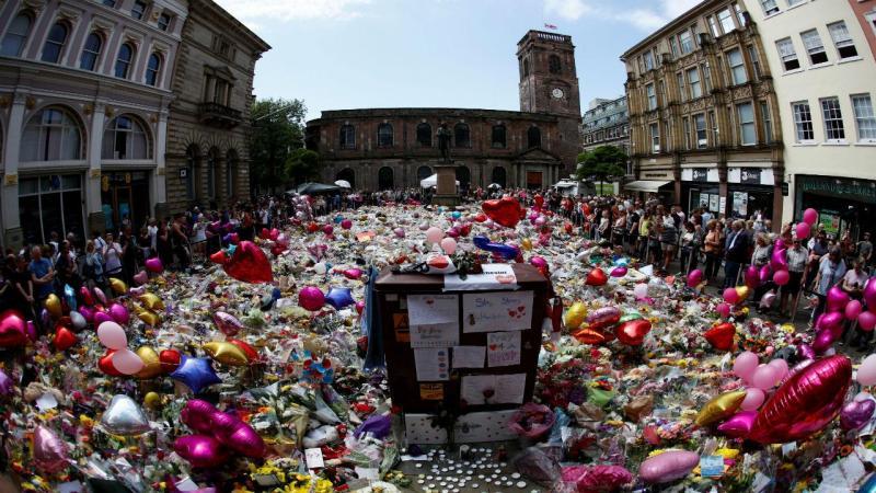 Tributos às vítimas do ataque terrorista em Manchester continuam
