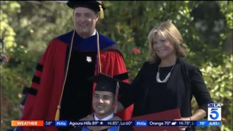 Mãe recebe diploma depois de acompanhar filho tetraplégico