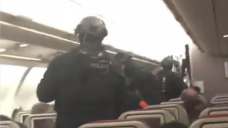 Autoridades entram no avião da Malaysia Airlines