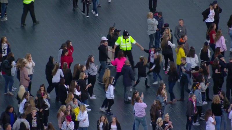 Polícia brinca com crianças no concerto em Manchester