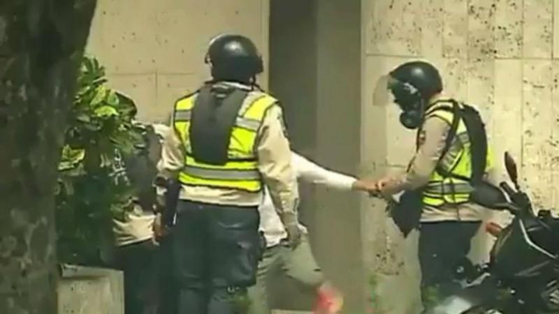 Polícia retira relógio do pulso de mulher e guarda-o no bolso
