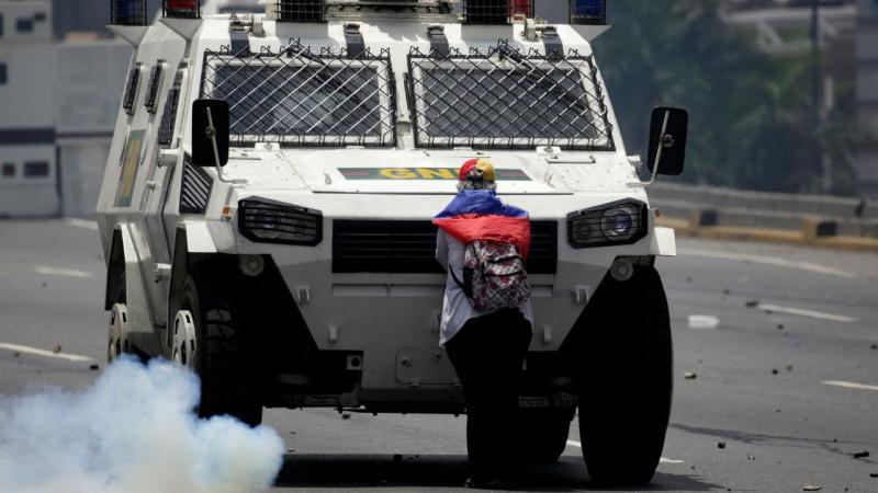 Portuguesa enfrenta tanque de guerra na Venezuela