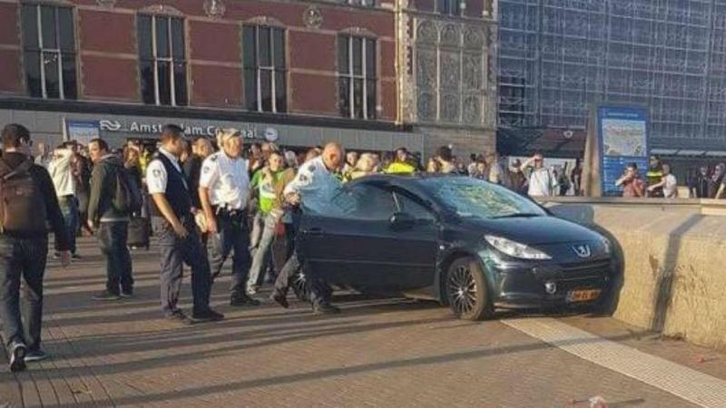 Carro abalroa peões em Amesterdão