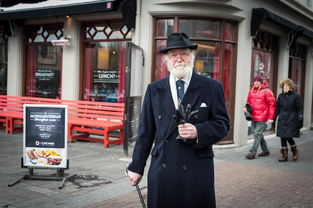 Jörmundur Inge Hansen é dono de uma loja de roupa vintage para homens na Islândia