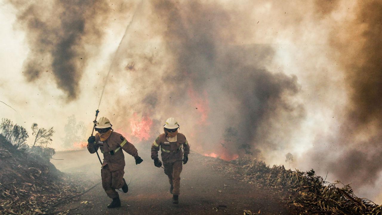 GNR combate fogo na aldeia de Capela de São Neitel, em Alvaiázere, Leiria, próximo de Pedrógão Grande, onde dezenas de pessoas morreram na sequência de um incêndio este fim de semana.