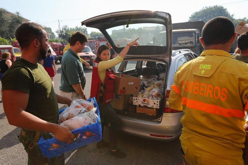 Voluntários ajudam na distribuição dos bens doados