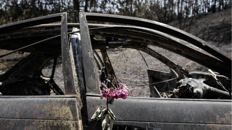 Uma flor colocada na porta de um carro ardido em Nodeirinho, em Vila Facaia, devido ao incêndio de Pedrógão Grande