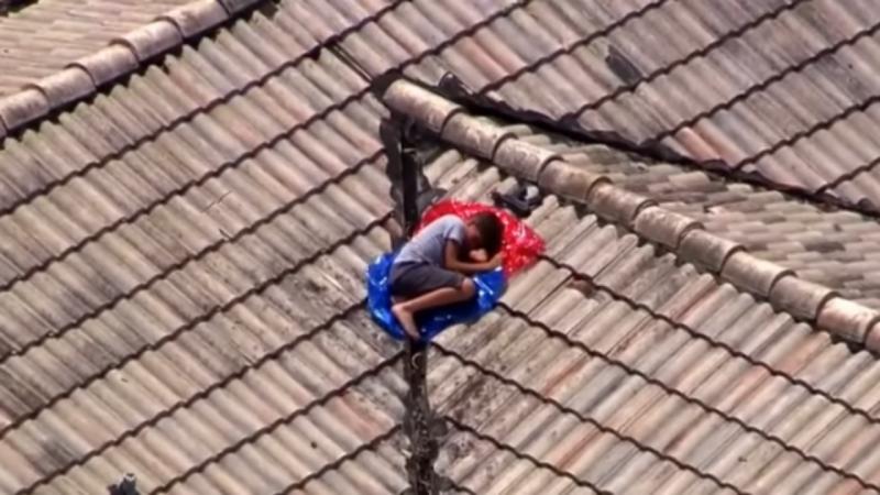 Criança encontrada a dormir num telhado