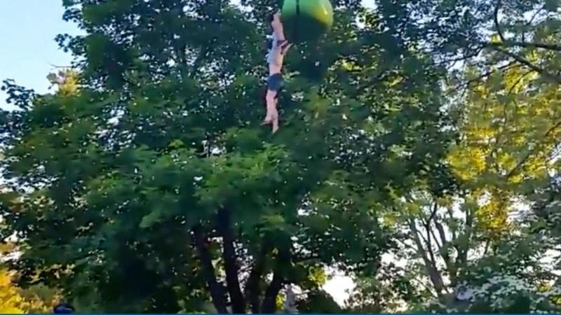 Jovem cai de teleférico em parque de diversões