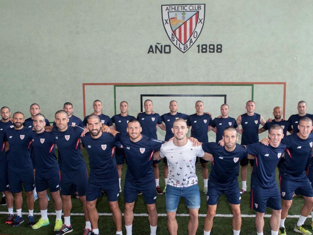 Jogadores do At. Bilbao com um bonito «corte» de solidariedade