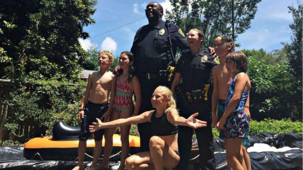 Polícia Joe e Carrie Lee juntam-se a festa em Asheville