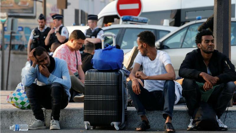 Cerca de 100 migrantes chegam por dia a Chapelle, em França