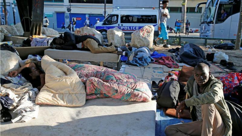 Perto do centro de recepção dos refugiados e migrantes multiplicam-se as pessoas