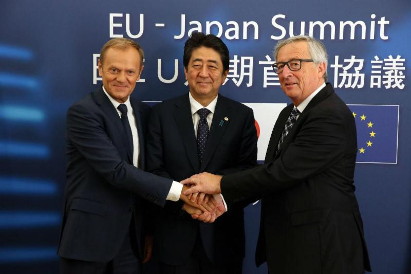 Donald Tusk, Shinzo Abe e Jean-Claude Jucker