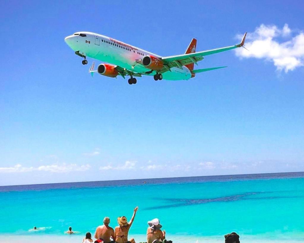 Avião a passar na praia de Maho