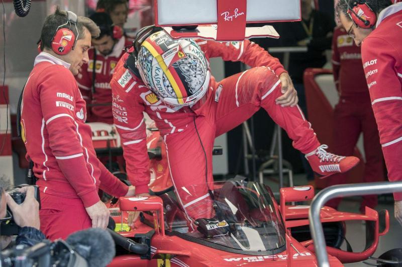 Sebastian Vettel testa escudo com Ferrari