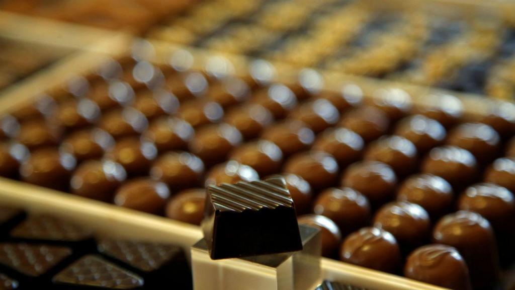 Chocolates feitos à mão na fábrica de chocolate Puyricard