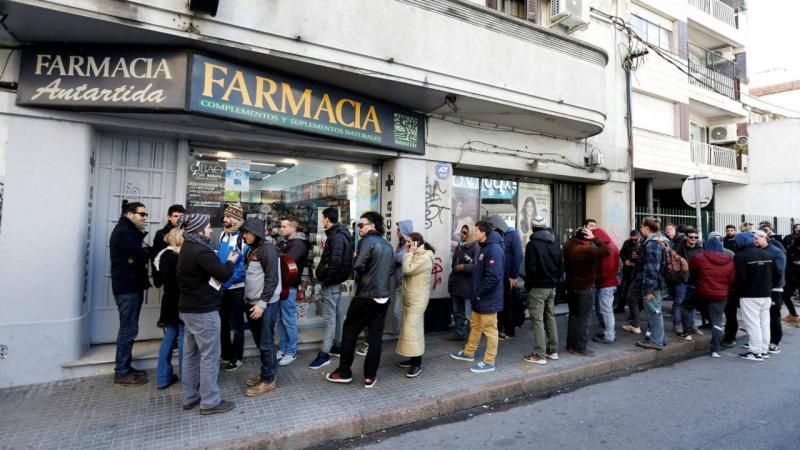 Pessoas fizeram fila à porta das farmácias