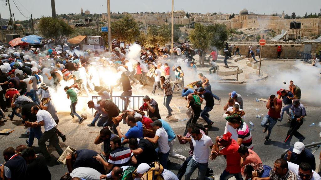 Confrontos entre elementos da polícia israelita e manifestantes palestianos, em Jerusalém