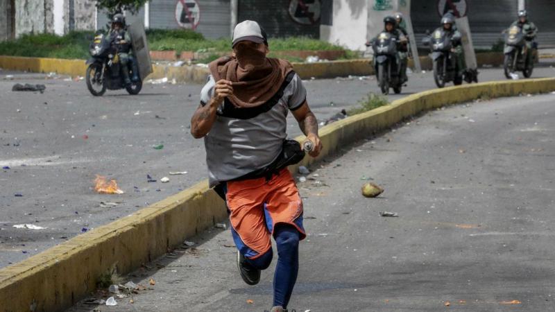 Confrontos durante a greve geral marcada pela oposição a Nicolás Maduro