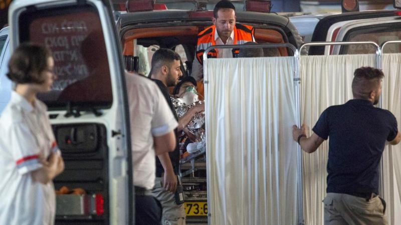 Israel - médicos socorrem vítima de esfaqueamento