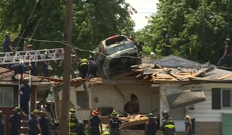 SUV aterrou no telhado de uma casa