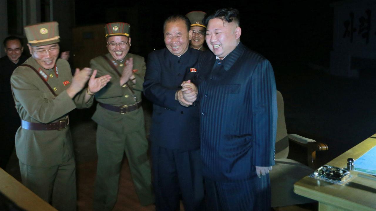 Coreia do Norte festeja lançamento de míssil com banquete