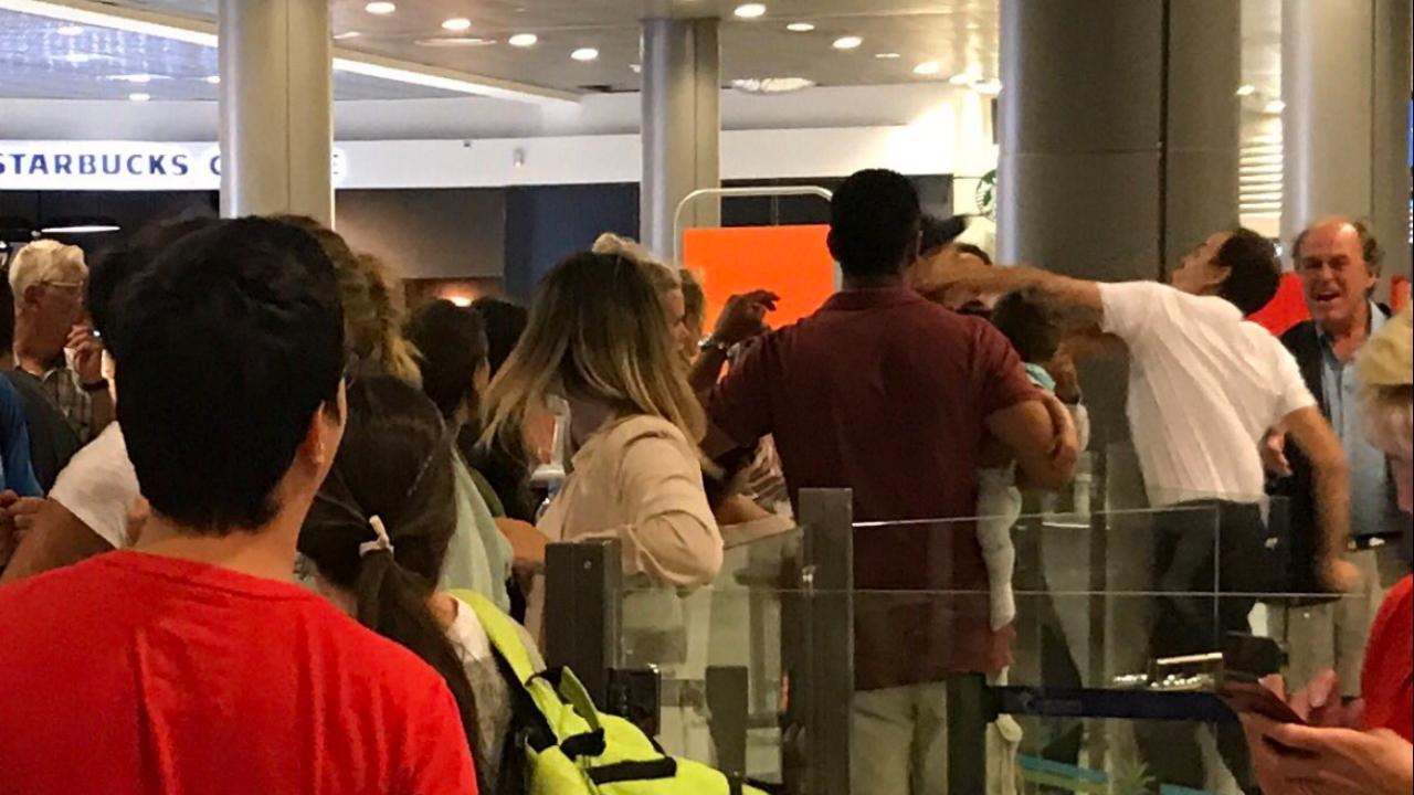 Passageiro com bebé ao colo leva murro de funcionário do aeroporto de Nice, em França