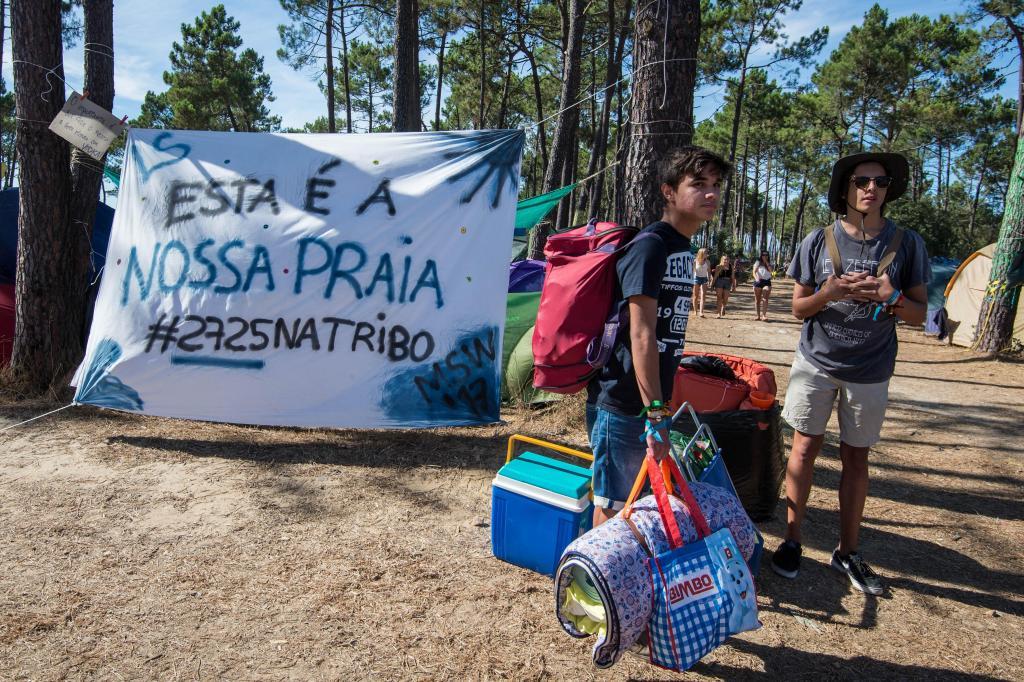 Primeiro de cinco dias de festival MEO Sudoeste: Festivaleiros animados chegaram ao local do evento enquanto outros, já acampados, refrescaram-se durante o dia de receção ao campista, na Herdade da Casa Branca em São Teotónio, no início da 21.ª edição do festival.