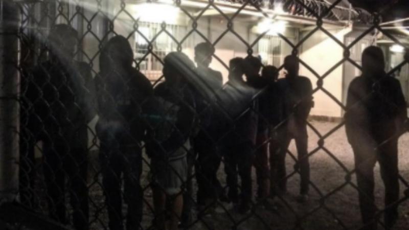 Crianças refugiadas na Grécia em celas da polícia